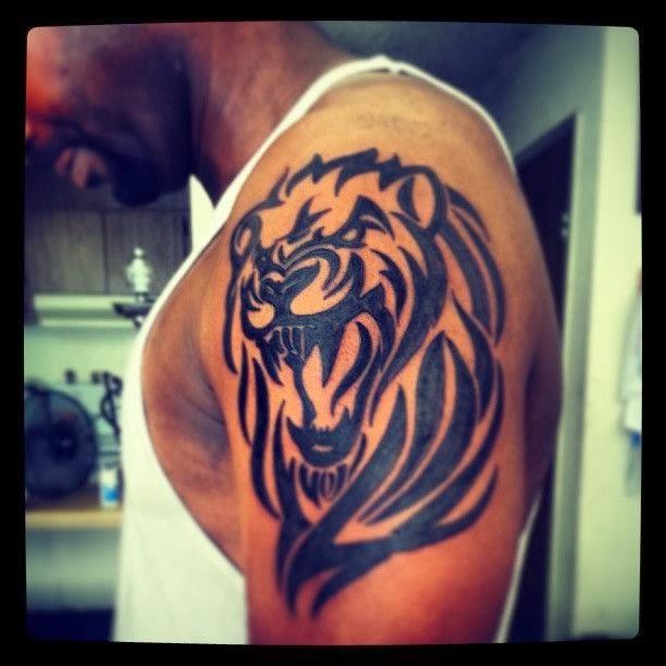 Тату мужские на плече лев