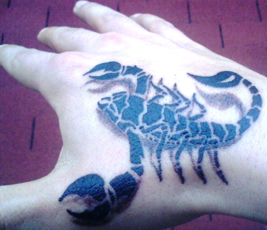 Тату скорпиона на кисти руки