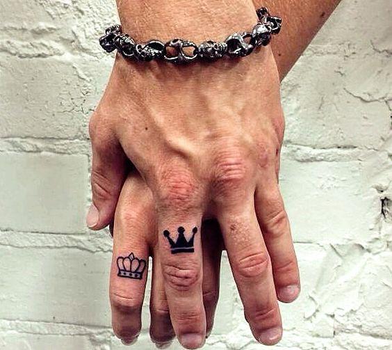 Тату с короной на пальце