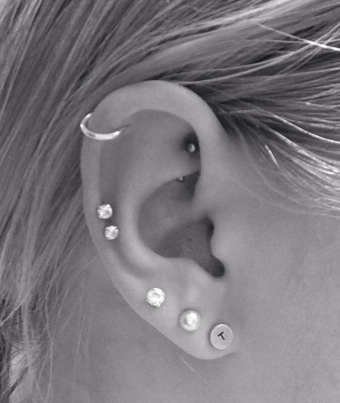 Gemeinsame Helix Piercing On Girl Right Ear #LJ_99