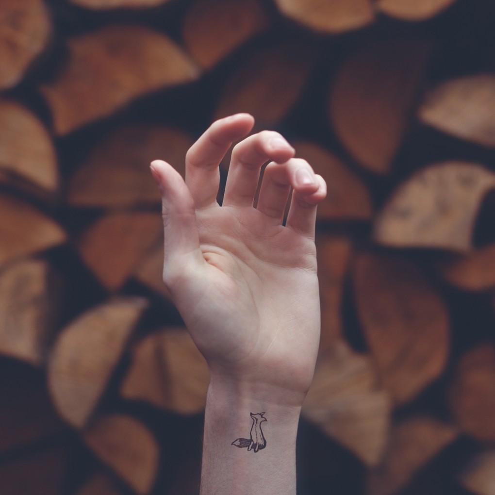 Небольшие татуировки на запястье