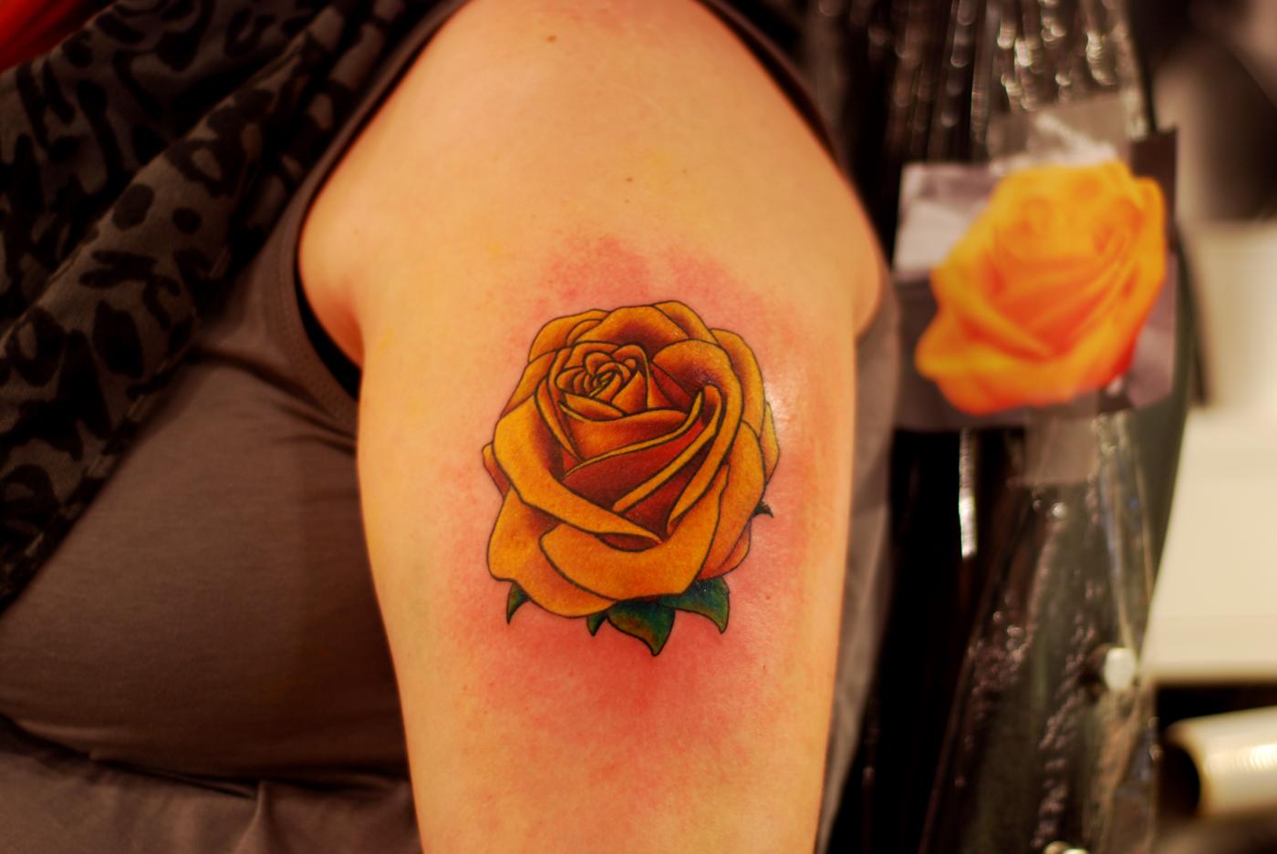 Тату розы желтого цвета фото