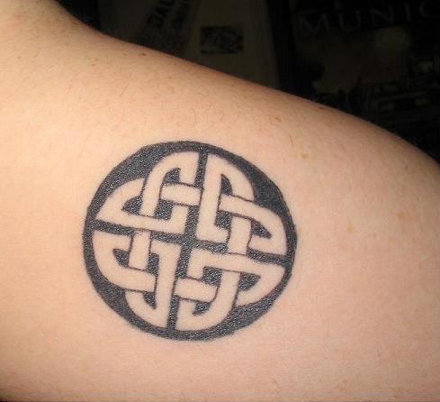 831168dec Nice Black Celtic Tattoo On Right Back Shoulder