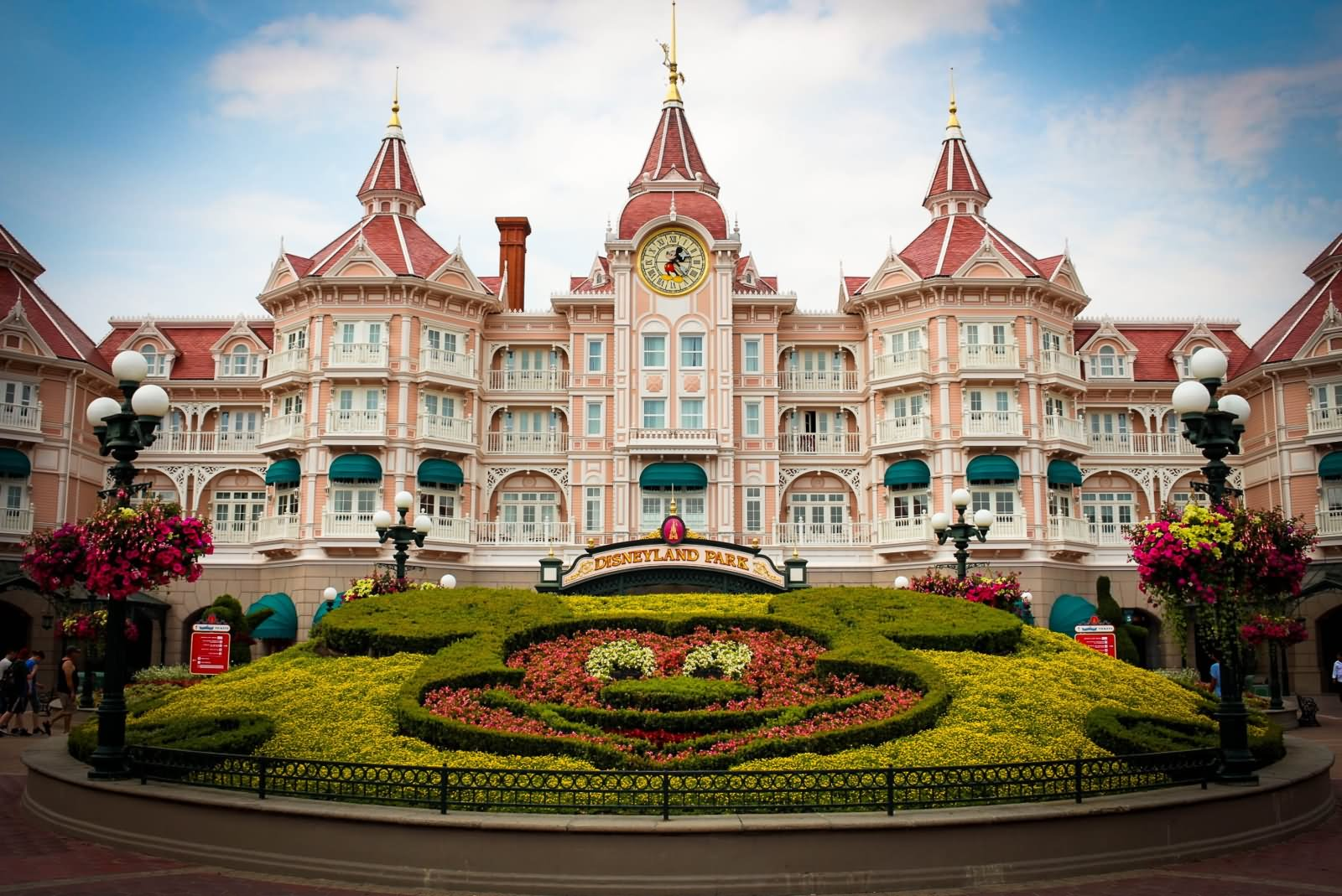 disney paris Book this disneyland® paris ticket, a 1-day 2-park pass, and enjoy the flexibility to hop between two fantastic parks as often as you like: disneyland® park and walt disney studios.