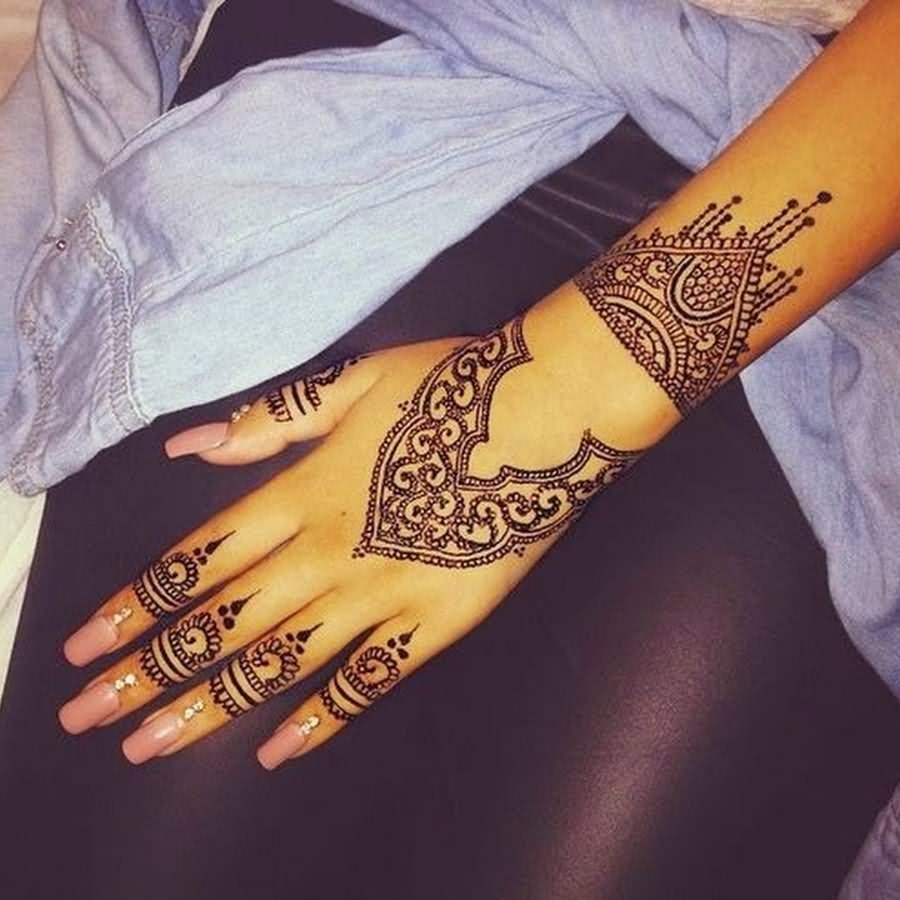 Amazing Henna Tattoo On Girl Left Hand