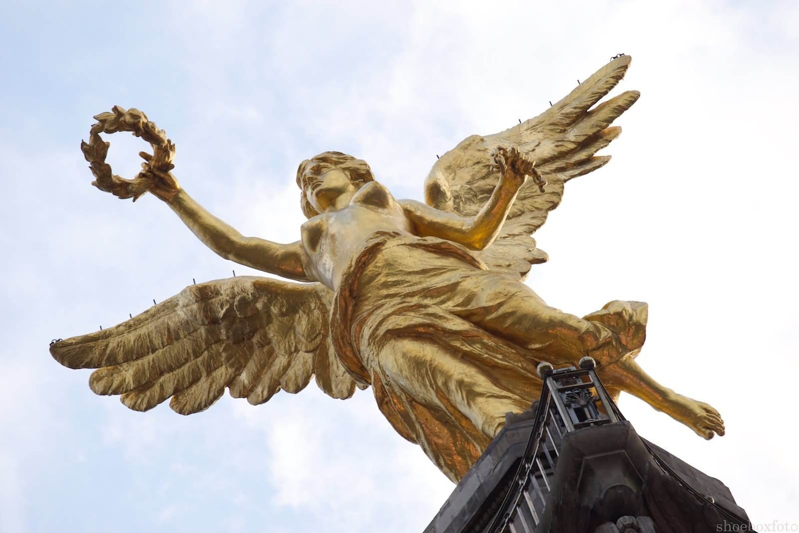 the angel of independence El angel was built as a monument to the memories of the heroes of the mexican independence from espana it occupies prime real estate on the paseo de reforma in the zona rosa most tours will include a visit to this memorial.