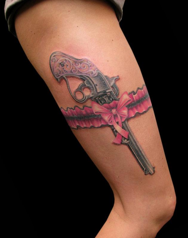 тату пистолет на ноге - фото готовой татуировки