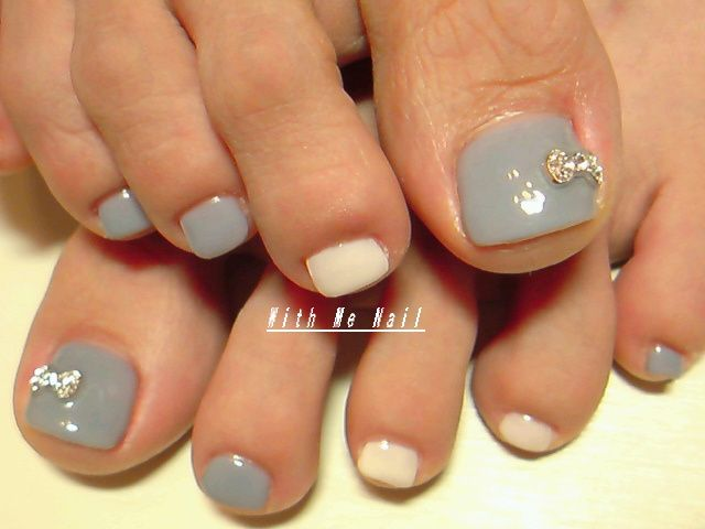 15 most beautiful bow toe nail art design ideas simple grey and white with rhinestones bow toe nail art prinsesfo Choice Image