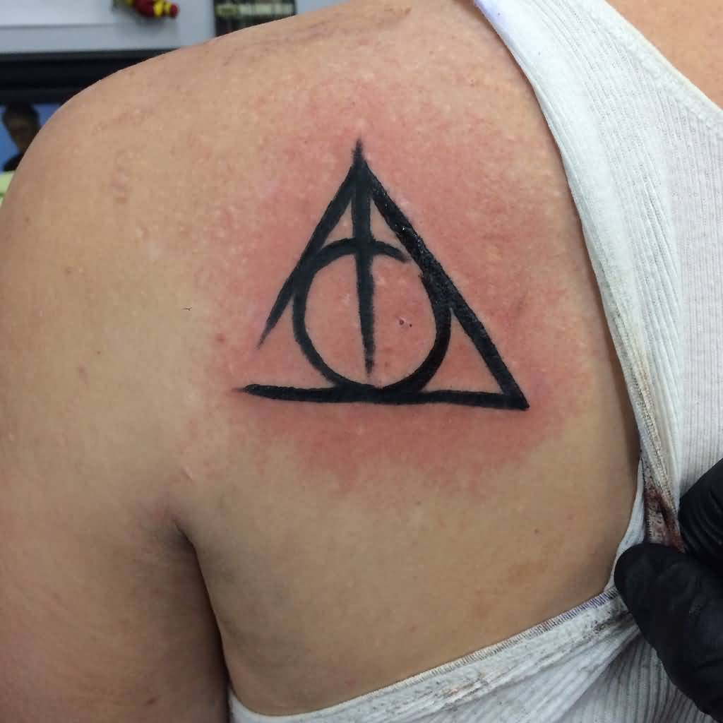 ccfce2f77ab06 Nice Black Deathly Hallows Tattoo On Back Right Shoulder