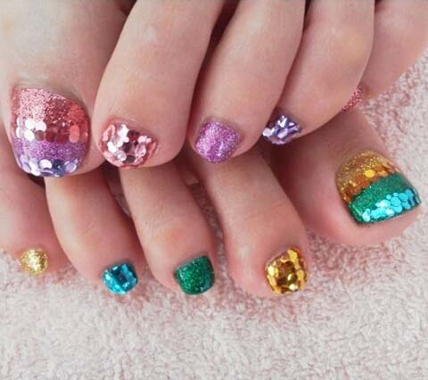 Shimmering Glitter Toe Nail Art