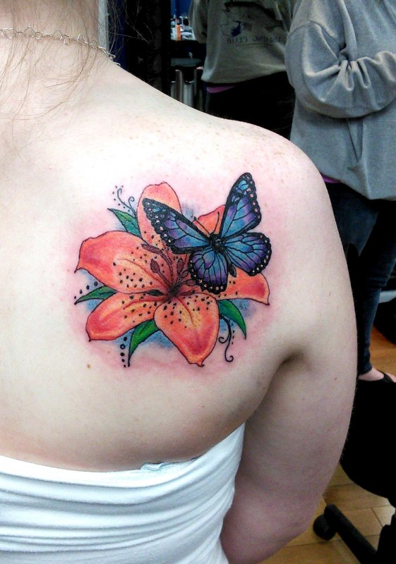 8f6eaa2327295 Colorful Butterfly And Flower Tattoo On Right Back Shoulder