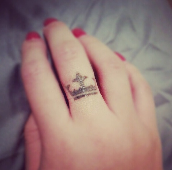 Crown tattoos on finger - photo#12