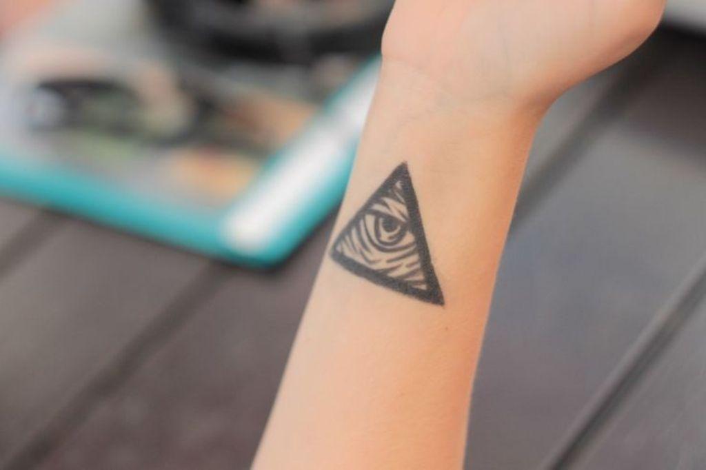 Глаз в треугольнике что означает тату