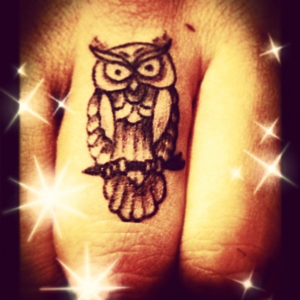 21 Catchy Black Ink Tattoos Designs By Hugo: 21+ Owl Tattoos On Fingers