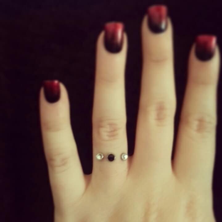 ring finger piercing beliebtester schmuck. Black Bedroom Furniture Sets. Home Design Ideas