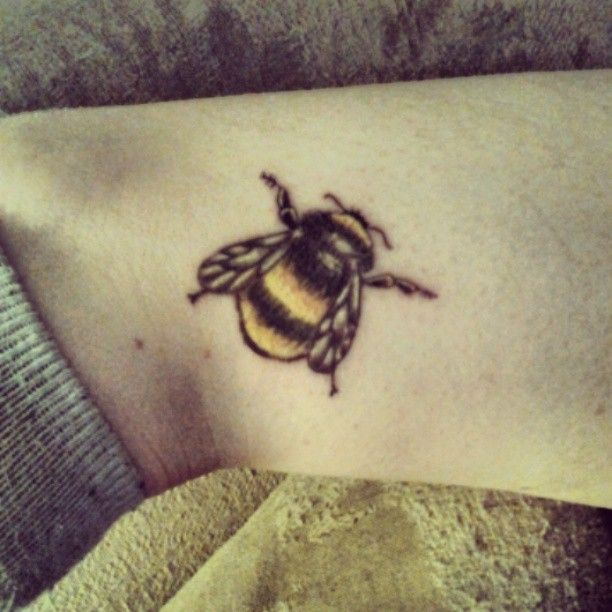 26 realistic bumblebee tattoos collection. Black Bedroom Furniture Sets. Home Design Ideas