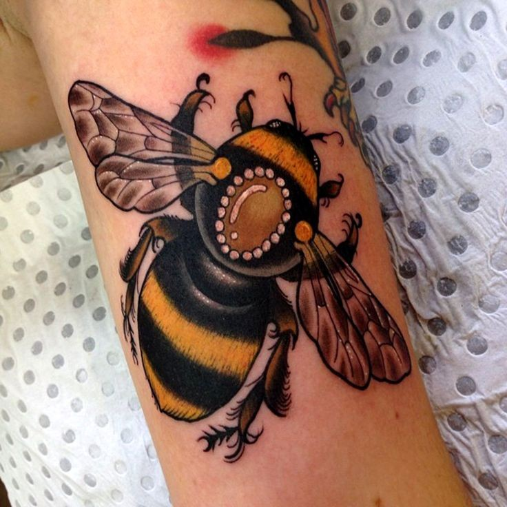 36 traditional bumblebee tattoos pictures. Black Bedroom Furniture Sets. Home Design Ideas