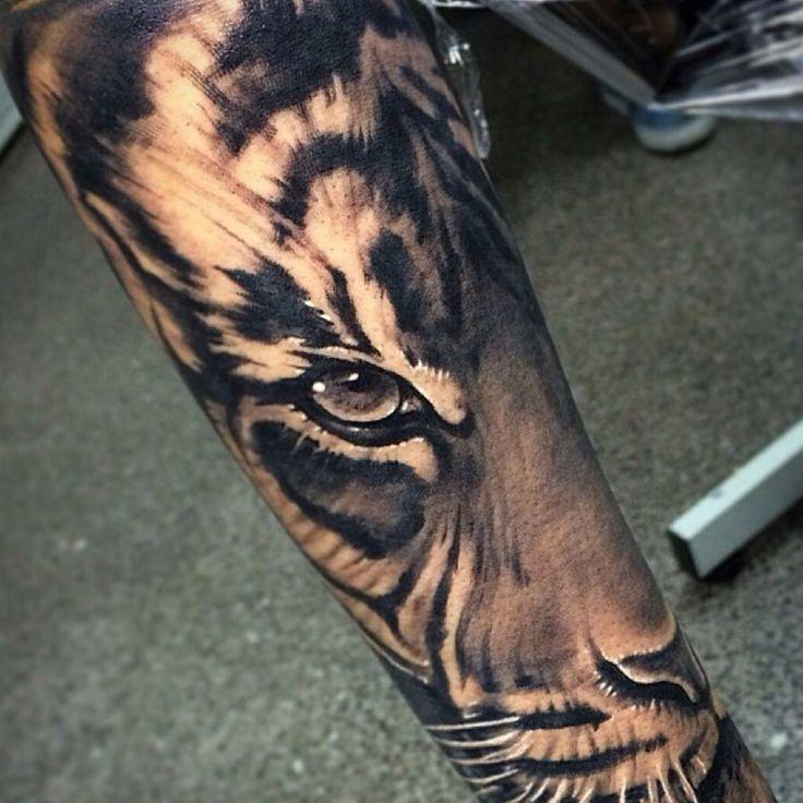 Татуировка на руке тигра