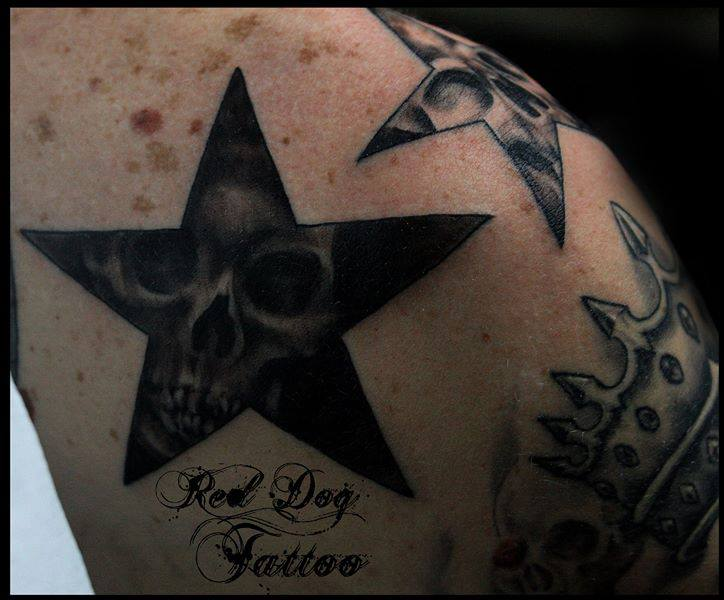Black Ink Skulls In Stars Tattoo On Right Shoulder