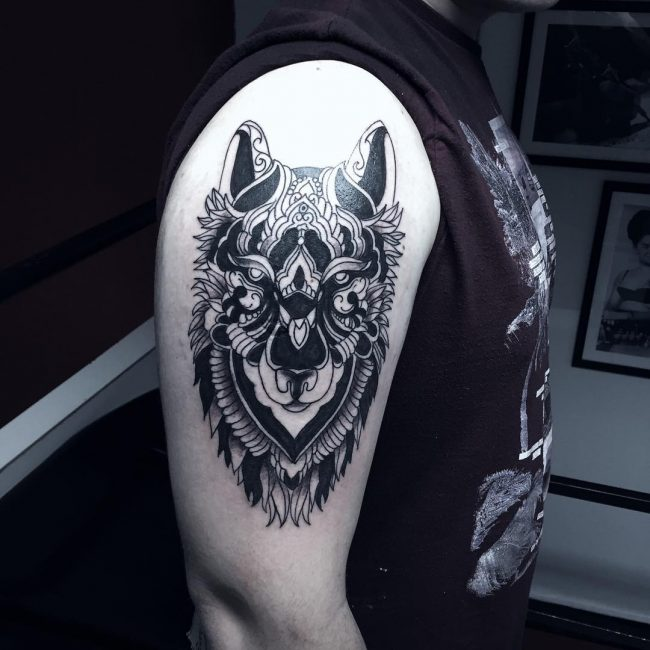 Right Bicep Wolf Head Tattoo For Men
