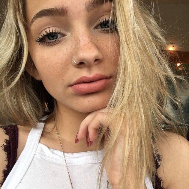 Блондинка в наколках и пирсинге